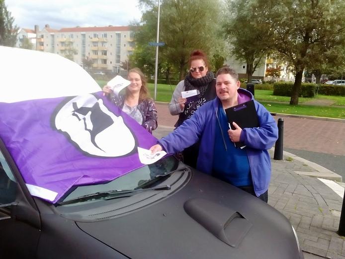 Actieve leden van de Piratenpartij Utrecht flyeren in de stad