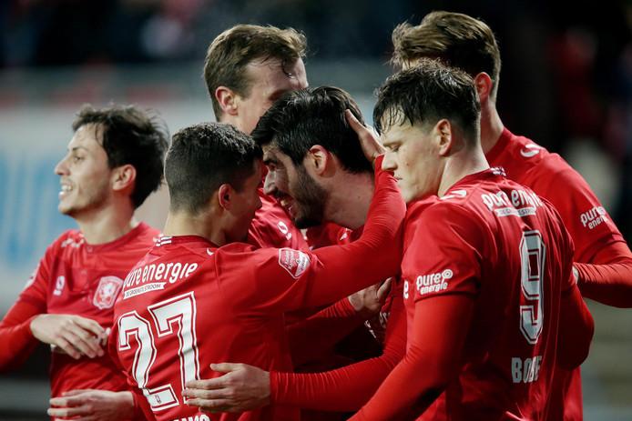 Nacho Monsalve (m) viert zijn eerste goal voor FC Twente tegen Helmond Sport. Rechts Tom Boere, de maker van de 1-0.