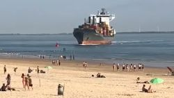 Containerschip vaart recht op strand af: botsing nog net voorkomen