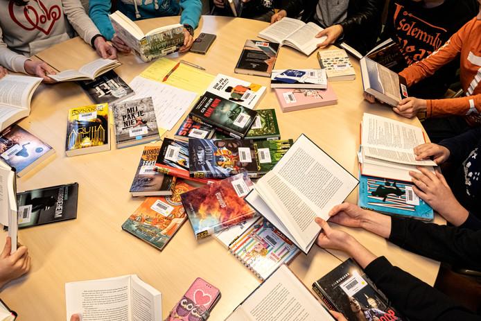 De leden van de Jonge Jury van het Corderius College bespreken elk week de nieuwste jeugdboeken.