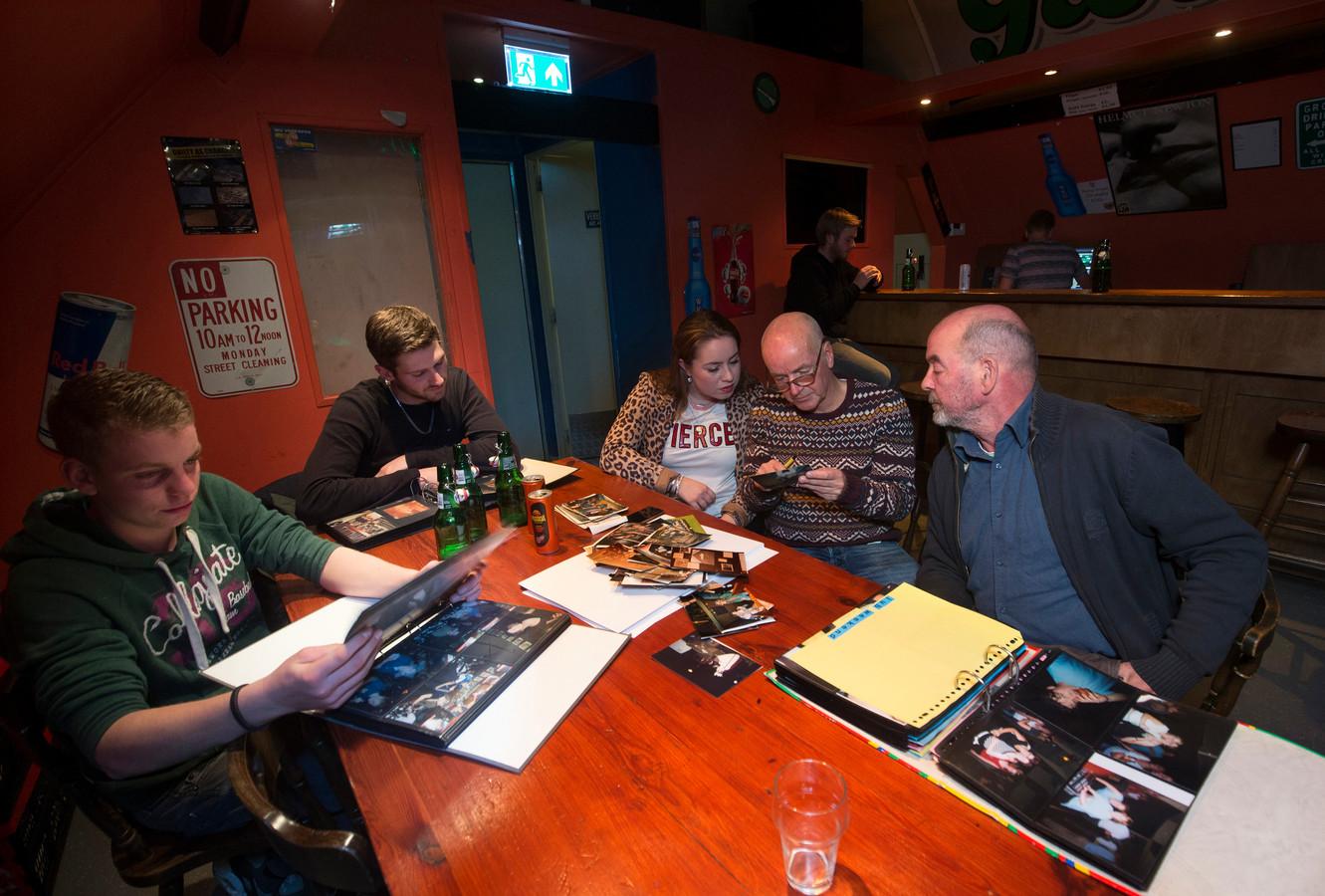 De jubileumwerkgroep bezig met het uitzoeken van foto's voor een wandtentoonstelling, met v.l.n.r. Siebe Wevers, Rutger Hoefman, Sanne Oonk, Bart Oonk en André Temming.