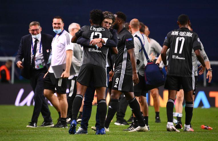 Spelers en de staf van Olympique Lyon vieren hun overwinning. Beeld Getty Images