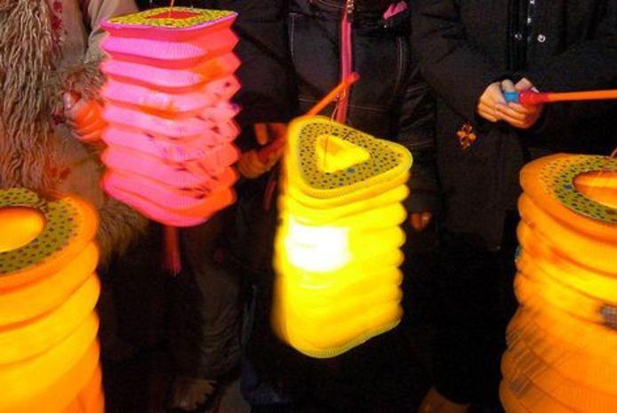 Schoolkinderen in Nieuwkoop maken een lampion voor verpleeghuizen.