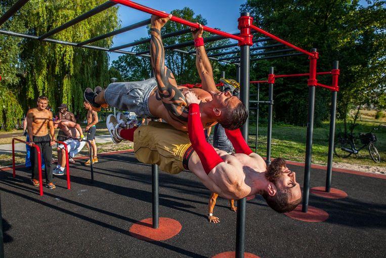 Spierbonken rondom de sporttoestellen in het Rembrandtpark Beeld Amaury Miller