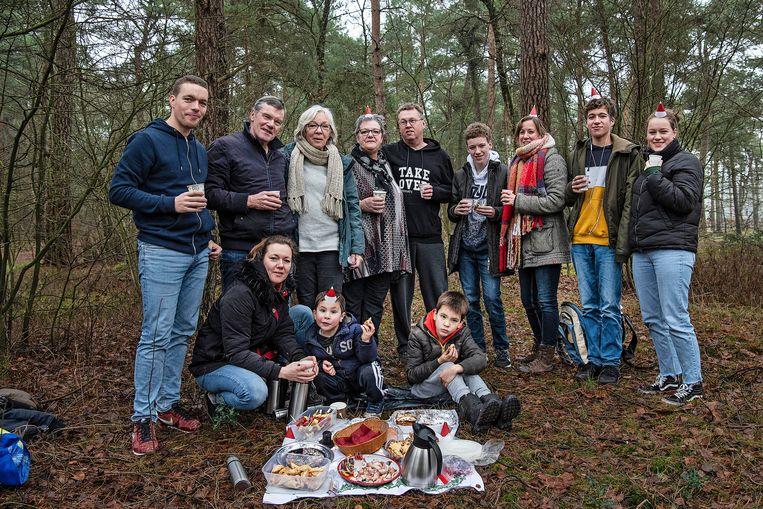 De familie Blankestijn heeft het bos uitgezocht voor een kleine picknick. 'Zo doen we het al meer dan dertig jaar.' Beeld Guus Dubbelman / de Volkskrant