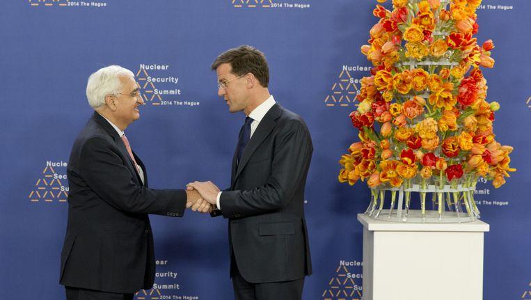 De minister van Buitenlandse Zaken van India Salman Khurshid (L) wordt begroet door premier Mark Rutte voor aanvang van de Nuclear Security Summit, vorig jaar. Beeld anp