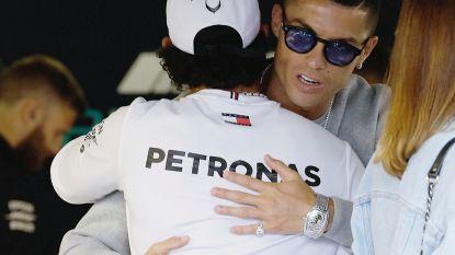 Hamilton en Cristiano Ronaldo verbroederen in paddock, Cristiano Jr. beleeft dag om nooit te vergeten