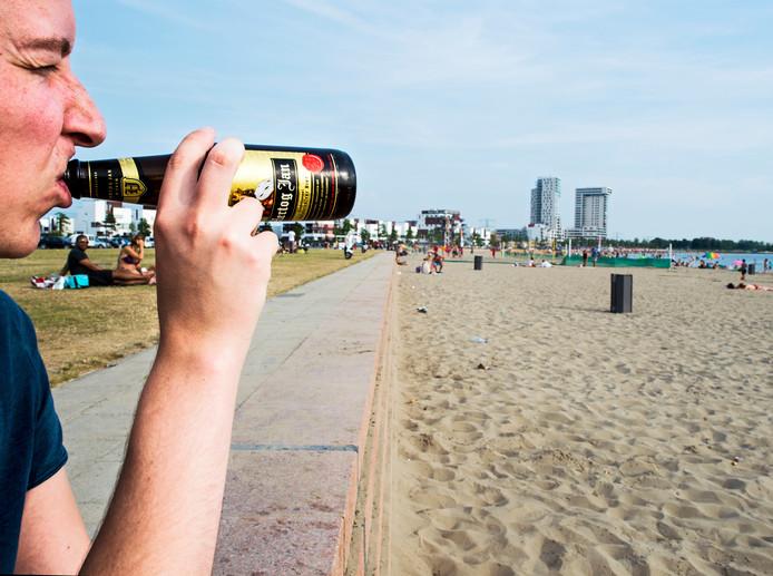 De meeste alcohol gebruiken jongeren onder de 18 jaar thuis of bij vrienden thuis. En ook het strand is een moeilijk controleerbare plek.