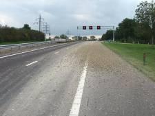 Weg naar Zwolle weer vrij nadat vrachtwagen bak met grind verloor op de A32 tussen Steenwijk en Meppel