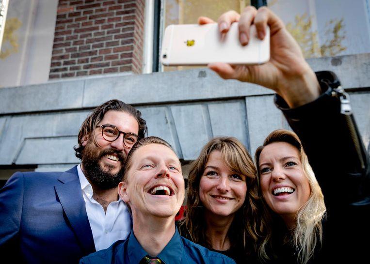 Robin de Puy (2e rechts) met alle voorgaande Fotografen des Vaderlands, VLNR Ahmet Polat, Koen Hauser, Robin de Puy en Ilvy Njiokiktjien. Beeld anp
