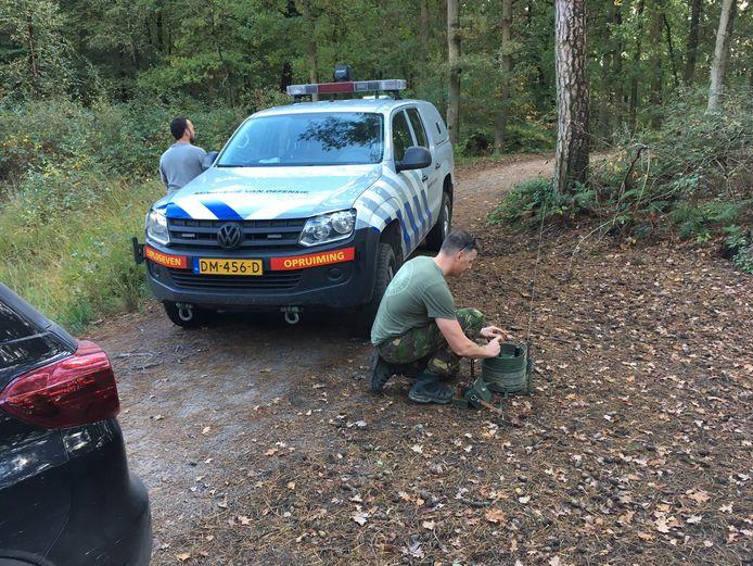 De Explosieven Opruimingsdienst Defensie (EOD) ruimt de handgranaat op.