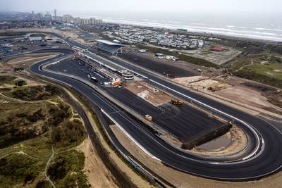 Menselijke ketting blokkeert F1-teams die over strand naar Zandvoort willen rijden