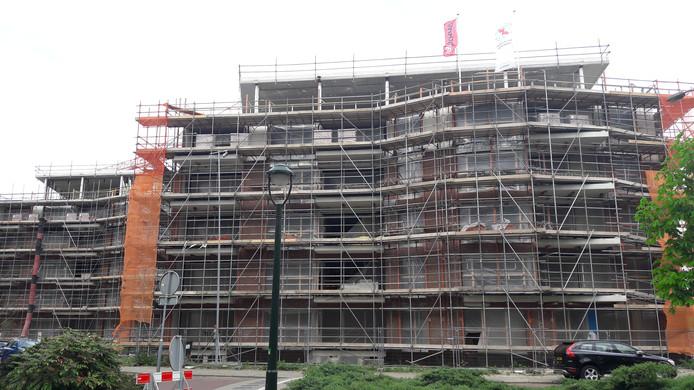De vlaggen  wapperen op een van de drie woontorens van Parc Fontaine aan de Le Sage ten Broeklaan in Eindhoven, ten teken dat het hoogste punt van de bouw is  bereikt.