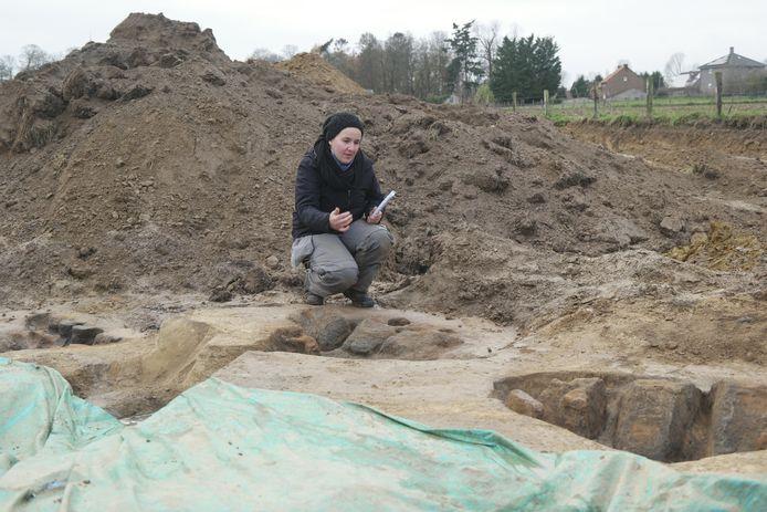 Archeologe Annelies De Raymaeker geeft meer tekst en uitleg bij de vondst die ze deed in Glabbeek.