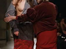 Vivienne Westwood (74) rent catwalk op om borst model te bedekken