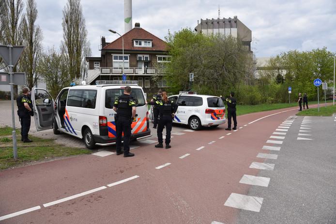 De politie sluit een deel van de Weurtseweg af na een melding van knallen in Nijmegen.