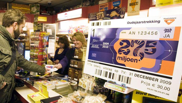 Klanten kopen staatsloten voor de oudejaarstrekking van 2009. © anp. Beeld