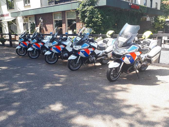 De politie zette meerdere motoren in om het verkeer naar de controle te begeleiden.