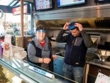 Wildplasser smijt putdeksel door ruit cafetaria in Harderwijk: 'Precies op de plek waar mijn vrouw stond'