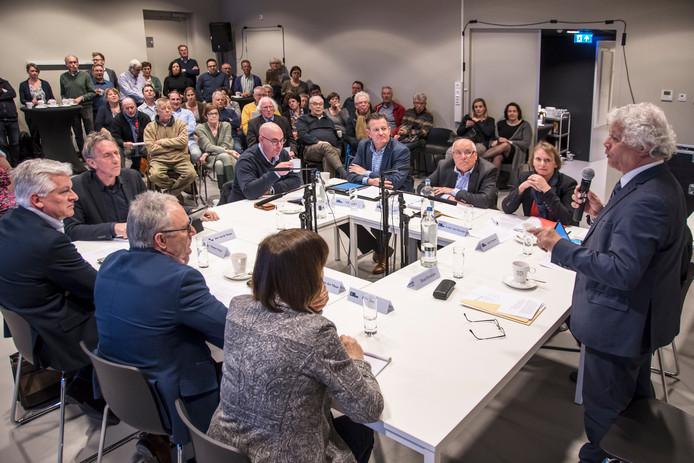 De vier fracties in gesprek onder leiding van Ruud Severijns (rechts).