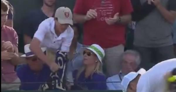 Roland Garros Handdoek Kopen.Jonge Fan Verliest Getouwtrek Van Oude Vent Maar Krijgt Toch
