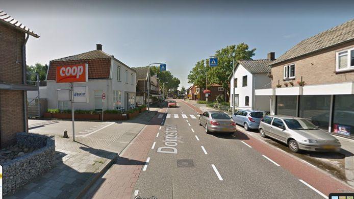 Het noordelijk deel van de Dorpstraat in Gendt. Als hier een winkel leeg komt te staan, komt er een mogelijkheid er woonruimte van te maken. Omdat het niet tot het Gendtse winkelcentrum behoort.