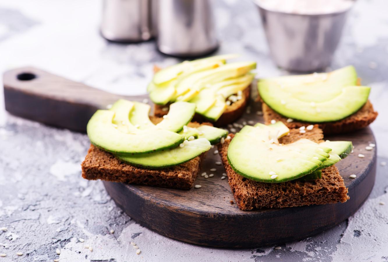 Avocado wordt gezien als gezond, maar voor de productie ervan is veel water nodig. De vrucht zit ook vol calorieën.