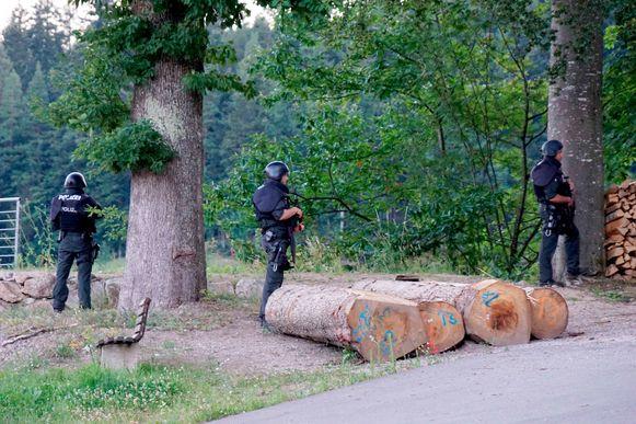 Agenten bewaken een weg in de buurt van Oppenau.