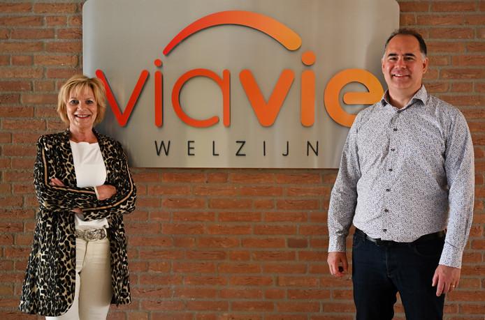 Inge Hiddink (links) vertrekt als directeur bij ViaVie Welzijn in Rijssen-Holten. Benjamin Beerthuis is haar opvolger.