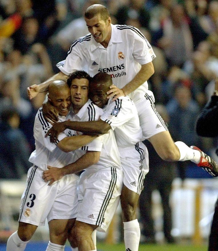 Makelele viert een Madrileense goal in de Champions League met Roberto Carlos, Figo en Zidane.