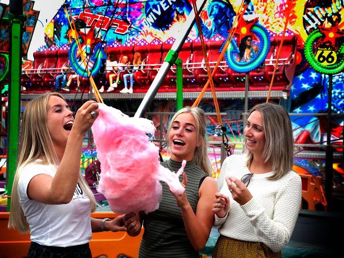 September 2018: drie jongedames delen een suikerspin op de kermis in Dussen. Foto ter illustratie.