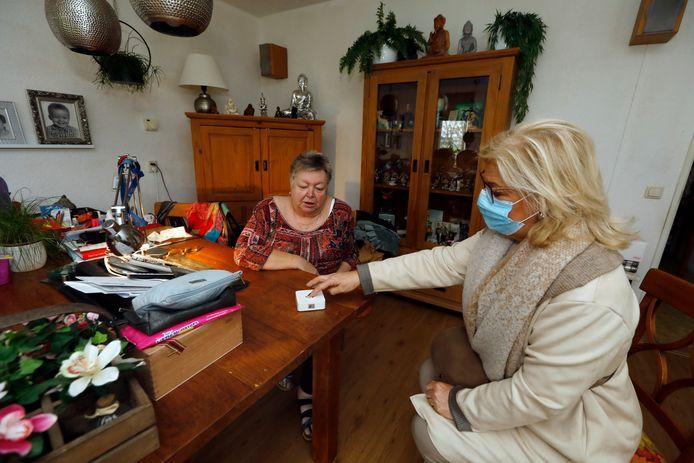 Mieke Wigmans van de Stichting J&S demonstreert hoe de 'geluksknop' werkt.