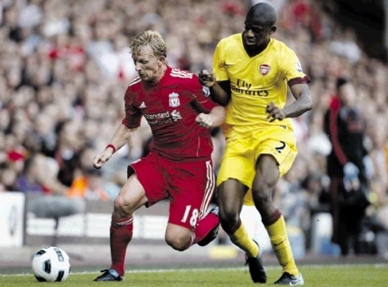 Liverpool-Arsenal (1-1) op de eerste competitiedag in Engeland: Kuijt (links) duelleert met Diaby. (FOTO AP) Beeld AP