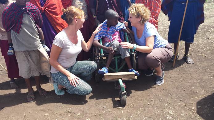 De vriendinnen haalden het gehandicapte meisje Neleku uit het bos en brachten haar naar een revalidatiecentrum