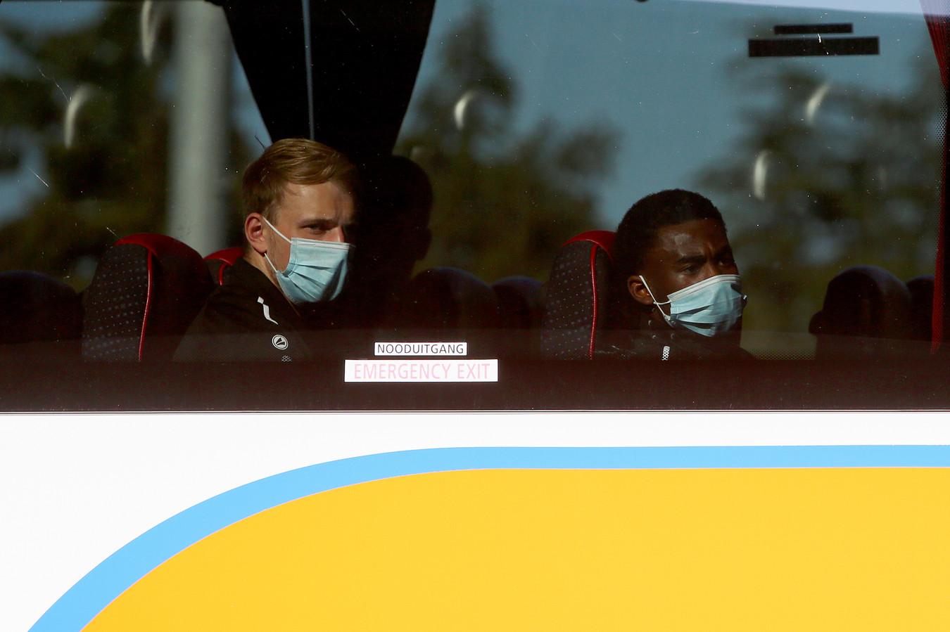 Twee spelers in de spelersbus van UNA.