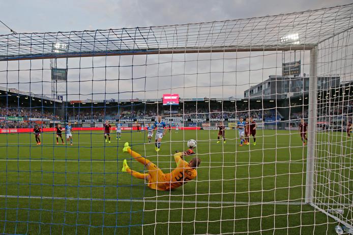 Sparta Praag-doelman David Bicik keert in de 21ste minuut de strafschop van Maikel van der Werff.