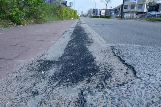 Rubbergranulaat ligt op de openbare weg en stroomt bij een flinke regenbui regelrecht het riool in.