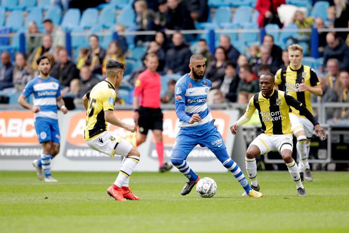 De Graafschap-middenvelder Youssef El Jebli wordt tijdens het duel bij Vitesse omsingeld door Navarone Foor (links) en Thulani Serero.