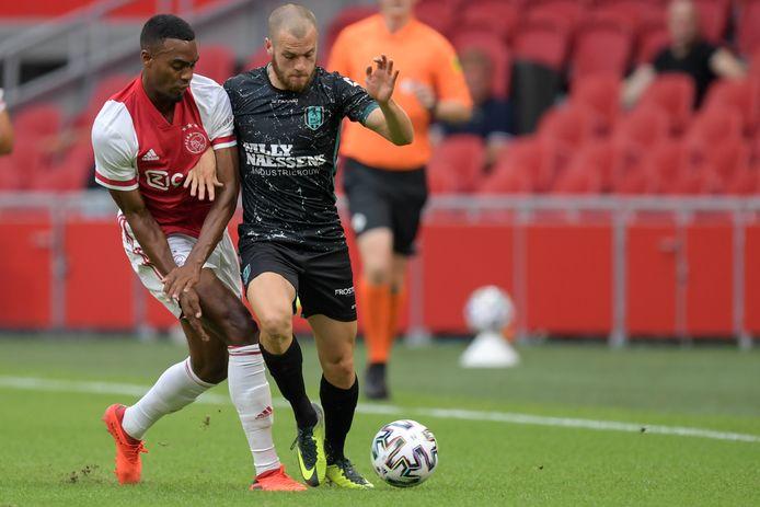 James Efmorfidis in actie tegen Ajax