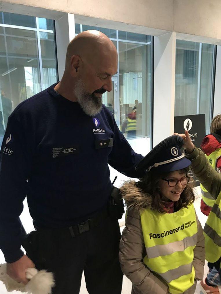 Het derde leerjaar van Gemeentelijke Basisschool Koksijde op bezoek bij de politie Westkust.