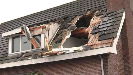 De zwaar beschadigde woning na de aanval van de man met de graafmachine.