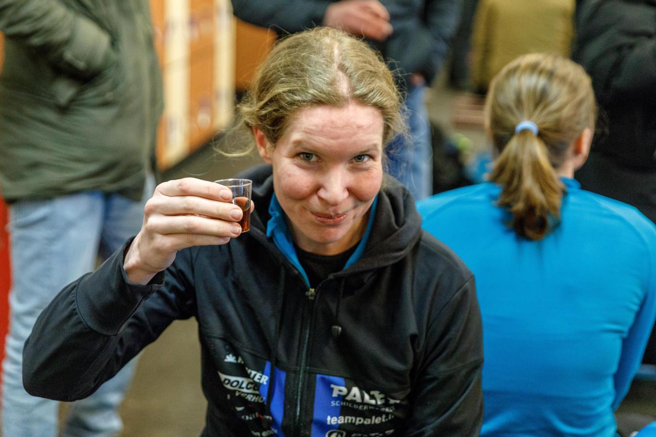 Elma de Vries in maart dit jaar, toen ze haar laatste schaatswedstrijd reed. Een half jaar later verscheen de Meppelse voor het laatst op de skeelers.