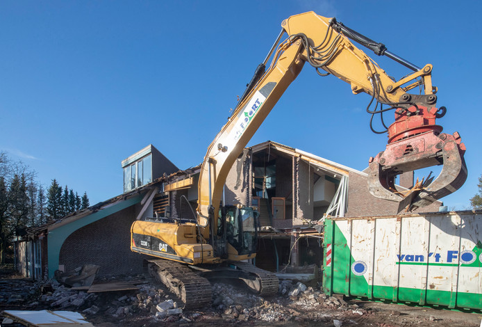 De sloop van het voormalig dagbestedingscentrum de Luwte is begonnen om plaats te maken voor het Mooi Leven Huis.
