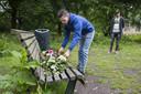 Vrienden leggen bloemen neer voor Mitchel