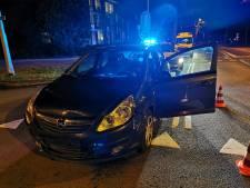 Auto botst op voorligger die politiewagens met signalering op kruising voorlaat