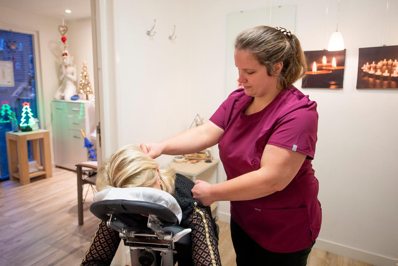 Masseuse Soraya Jansen helpt een klant.