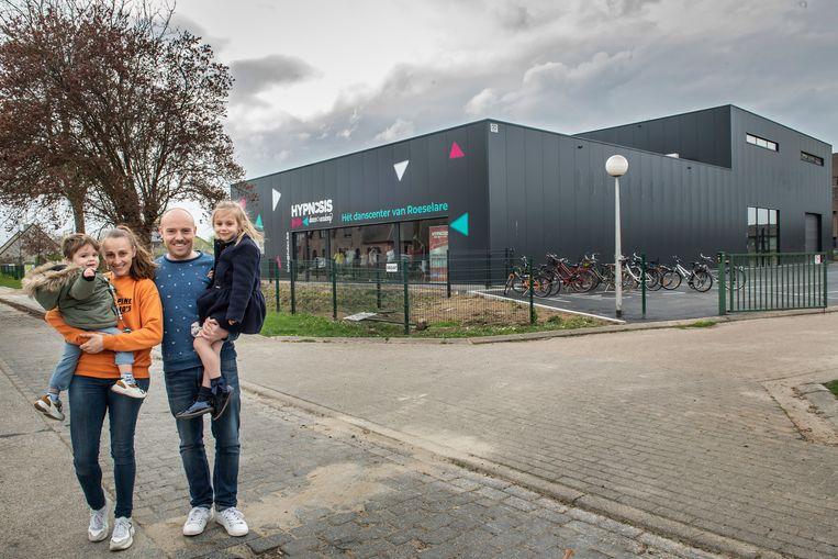 Steve Burggraeve, Sally Peire en hun kindjes Ella-Marie en Juliën voor hun nieuwe danscenter in Roeselare.