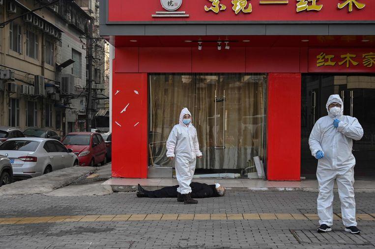 De Chinese autoriteiten hebben eind februari net met heel veel moeite de corona-uitbraak in Wuhan onder controle gekregen en kijken dan ook met vebazing naar de luchthartigheid over het virus die dan nog heerst in Europa. Beeld AFP