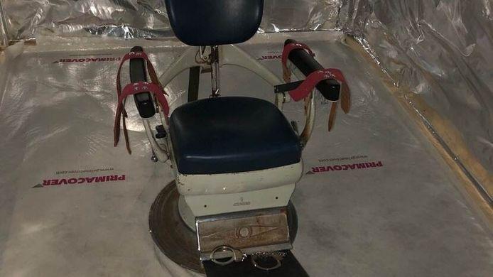 Een stoel in de 'martelkamer' waarop slachtoffers konden worden vastgebonden.