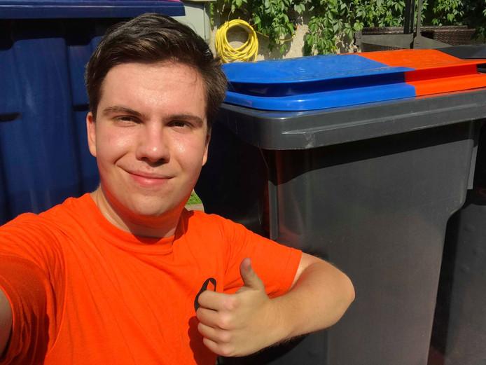 Een jaar na de oproep heeft Alexander dan eindelijk zijn oranjeblauwe geliefde in ontvangst mogen nemen. Een jaar geleden loofde hij 500 euro voor de vuilnisbak uit. Het liep allemaal net even anders...